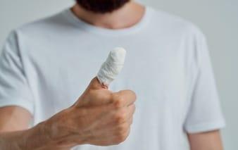 bouger un doigt cassé